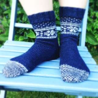claire_leggett-fairisle_flower_socks